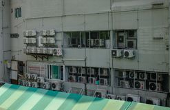 Airconditionermachines op oude muur stock foto