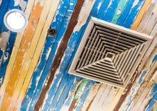 Airconditionermasker en verlichting op het plafond dat met oude houten panelen en schilverf verfraaide royalty-vrije stock afbeeldingen