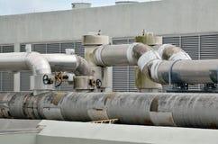 Airconditioning leda i rör på rooftopen Arkivbilder