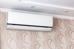 Airconditioning op de muur binnen de ruimte in uitgeschakelde flat, Binnenland in kalme beige tonen Close-up stock afbeelding
