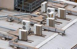 Airconditioning op het dak stock foto's