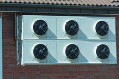 Airconditioningseenheden op de muur stock fotografie