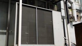 Airconditioningsinstallatie op externe muur van de bouw Grote ventilatie of airconditioningseenheid met rooster  stock videobeelden