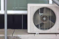Airconditioningssysteem bovenop een gebouw wordt geassembleerd dat stock afbeeldingen