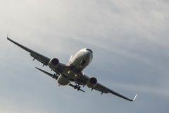Aircradt sull'approccio di atterraggio Fotografie Stock Libere da Diritti