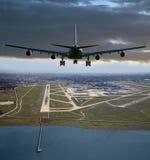 Aircrafft antes de aterrizar Foto de archivo
