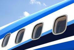 Aircraft& x27; janelas de s com o céu azul no fundo Foto de Stock Royalty Free