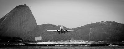 Aircraft leaves Rio de Janeiro Stock Photography