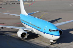 Aircraft taxiing to gate Royalty Free Stock Images