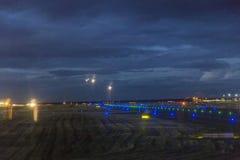 Aircrafte d'atterrissage chez le Rhein - aéroport principal à Francfort Photographie stock
