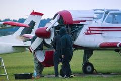 Aircraftsman concentrado que repara aviões pequenos Foto de Stock