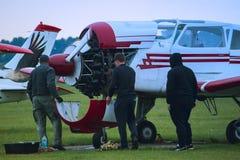 Aircraftsman concentrado que repara aviões pequenos Imagens de Stock Royalty Free