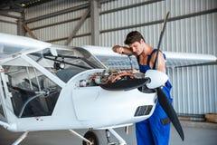 Aircraftsman que repara aviões pequenos Fotos de Stock
