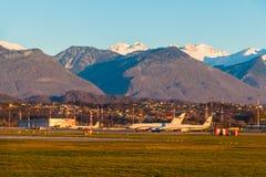 Airdrome do aeroporto internacional de Sochi no fundo do mountai Fotos de Stock Royalty Free