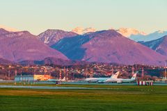 Airdrome do aeroporto internacional de Sochi no fundo do mountai Imagens de Stock Royalty Free