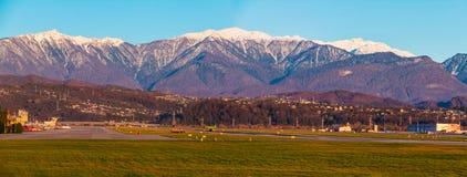 Airdrome do aeroporto internacional de Sochi no fundo do mountai Imagem de Stock Royalty Free