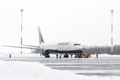 Airdromen åker lastbil dra Boeing-767 på flygplatsen av Petropavlovsk-Kamchatsky Kamchatka Ryssland Royaltyfria Bilder
