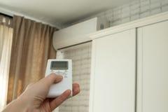 Aire acondicionado, control de la temperatura con teledirigido, refrescándose fotos de archivo