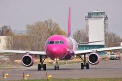 Aire Airbus A320 de Wizz Imágenes de archivo libres de regalías