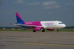 Aire Airbus A320 de Wizz Imagen de archivo libre de regalías