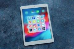 Aire blanco del iPad de Apple con diversos iconos de medios sociales: fotografía de archivo libre de regalías