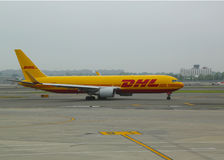 Aire Boeing de DHL 767 aviones que gravan en Juan F Kennedy International Airport en Nueva York Imagen de archivo
