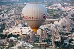 Aire caliente Baloon sobre Cappadocia en la salida del sol Fotos de archivo libres de regalías
