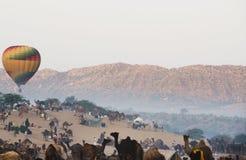 Aire caliente un globo sobre la tierra justa del camello de Pushkar, Pushkar, Ajmer, Foto de archivo
