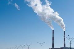 Aire de la contaminación de dos chimeneas que fuma Imagen de archivo libre de regalías