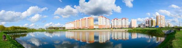 Aire de loisirs moderne avec la cascade de lacs, Gomel, Belarus Image libre de droits
