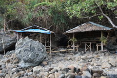 Aire de loisirs près d'un objet intéressant naturel - une cascade sur la côte de l'Océan Indien Philippines Images libres de droits