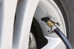 Aire de relleno en un neumático de coche Imagen de archivo