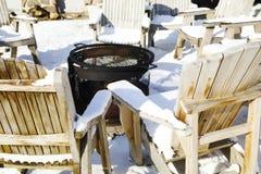 Aire de repos d'hiver près du feu Photographie stock