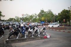 Aire de stationnement occupé de voiture d'aéroport international de Chiangmai Image libre de droits