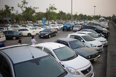 Aire de stationnement occupé de voiture d'aéroport international de Chiangmai Photo libre de droits
