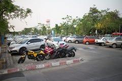 Aire de stationnement occupé de voiture d'aéroport international de Chiangmai Photographie stock libre de droits