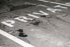 Aire de stationnement privé pour des voitures, réservé et vide images stock