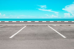 Aire de stationnement vide avec la mer Photo libre de droits