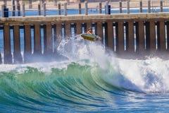 Aire del jinete de la onda que practica surf Imagenes de archivo