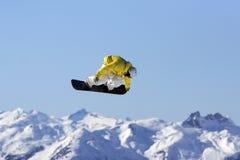 Aire del Snowboard de la chaqueta amarilla Imágenes de archivo libres de regalías