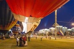 Aire-globos internacionales durante la demostración de la noche Fotos de archivo