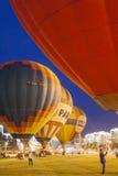 Aire-globos internacionales durante la demostración de la noche y el brillar intensamente en la taza internacional de la aerostát Imagenes de archivo