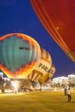 Aire-globos internacionales durante la demostración de la noche y el brillar intensamente en la taza internacional de la aerostát Fotos de archivo