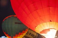 Aire-globos internacionales durante la demostración de la noche y el brillar intensamente en la taza internacional de la aerostát Imagen de archivo