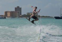 Aire grande en un Wakeboard apagado de la costa del ` s de Aruba Imágenes de archivo libres de regalías