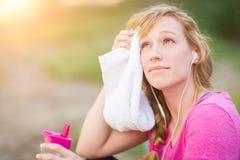 Aire libre adolescente femenino apto con la toalla y la botella de agua Fotos de archivo libres de regalías