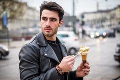 Aire libre antrop?fago joven atractivo del helado en ciudad imágenes de archivo libres de regalías