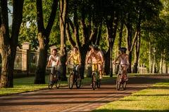 Aire libre biking de la gente feliz imagen de archivo libre de regalías