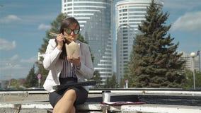 Aire libre de Having Lunch Break de la empresaria metrajes