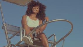 Aire libre de la mujer joven del negro de la raza mixta, luz de la puesta del sol del verano, zona de la playa de Barcelona metrajes
